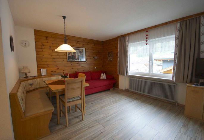 App. SONNBERG für 2-6 Personen: Wohnraum mit offener Küche, Flat-SAT-TV, Schlafgelegenheit für die 5. + 6. Person auf dem ausziehbaren Schlafsofa, Balkon zur Ostseite