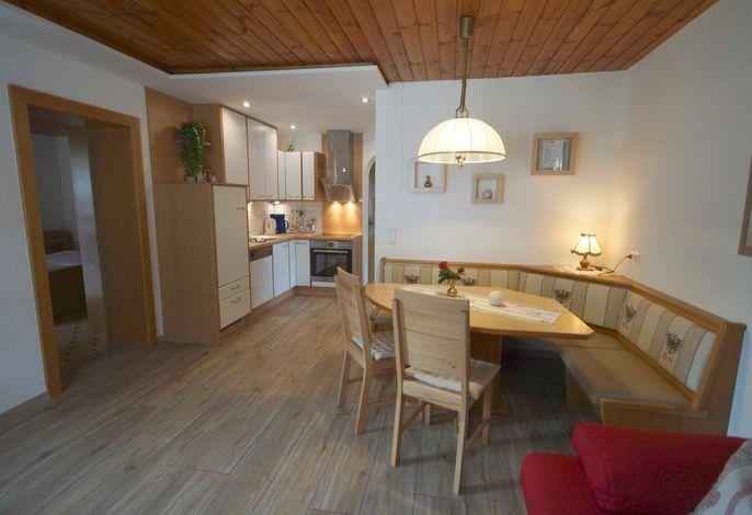 App. KARWENDEL für 2-6 Personen: Wohnraum mit offener Küche, Flat-SAT-TV, Schlafgelegenheit für die 5. + 6. Person auf dem ausziehbaren Schlafsofa, Balkon zur Ostseite