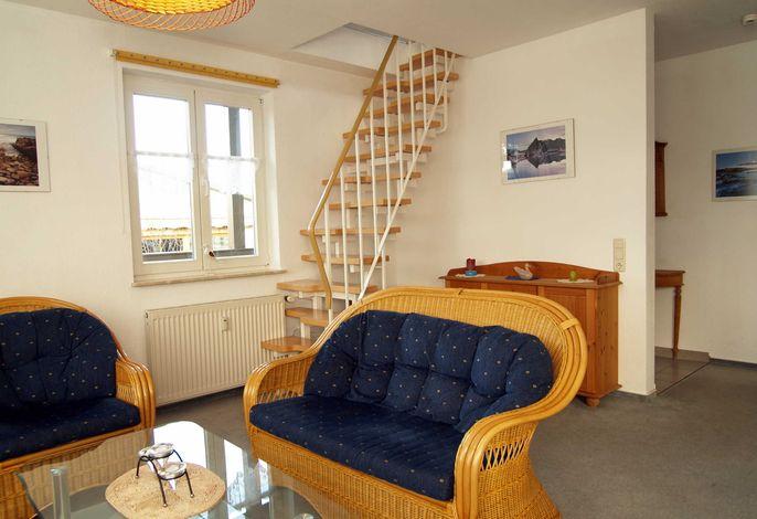 Der Wohnbereich mit der Treppe ins Dachgeschoss