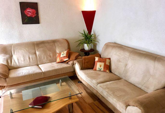 Helles, freundliches Wohnzimmer mit gemütlicher Couch