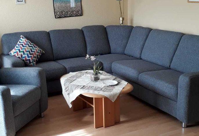 Heller Wohnbereich mit gemütlicher Sitzecke