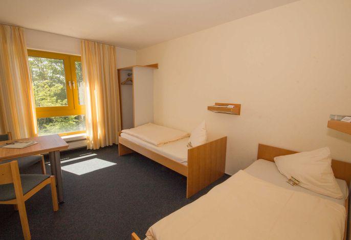 Doppelzimmer mit getrennt stehenden Betten im Haus I