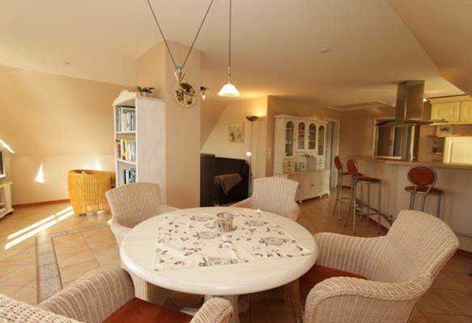 Wohnzimmer mit Essbereich und offener Küche