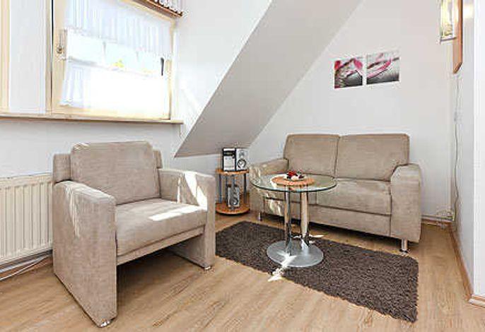 Wohnzimmer mit integriertem Küchenbereich