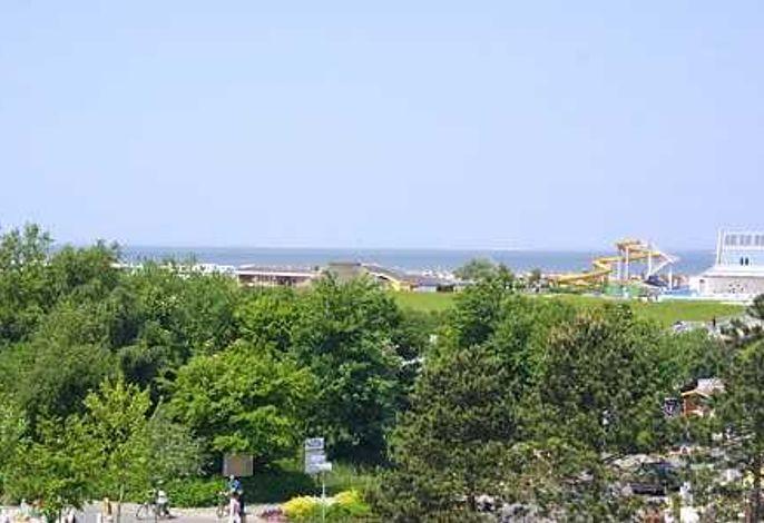 Aussicht vom Balkon auf Richtung Wellenbad und Strand auf die Nordsee