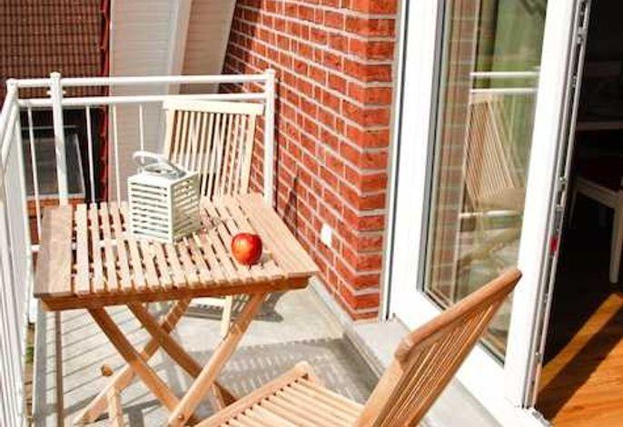 Balkon mit Blick in den Garten und in die Obstbäume