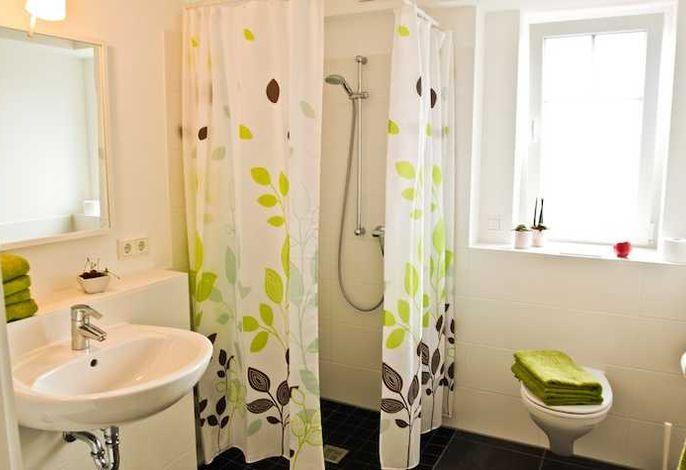 Badezimmer mit bodenebener Dusche