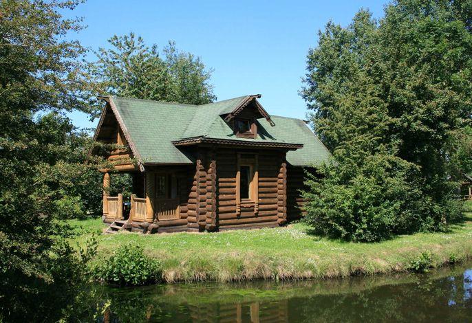 Karelisches Blockhaus am Wasser