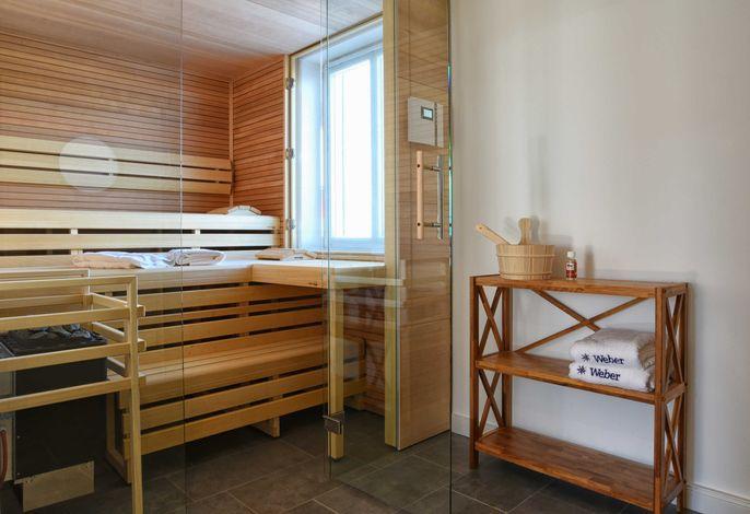 Im Erdgeschoss befindet sich die großzügige Sauna und bietet genügend Platz für das hauseigene Wellnessprogramm.
