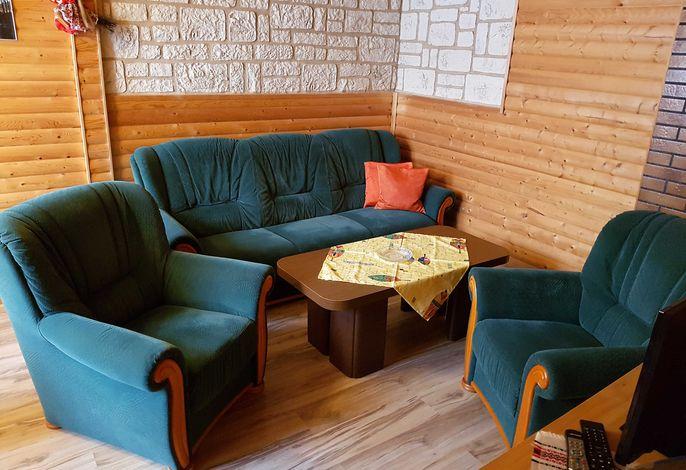 Wohnzimmer mit Schlafcouch und 2 Sessel