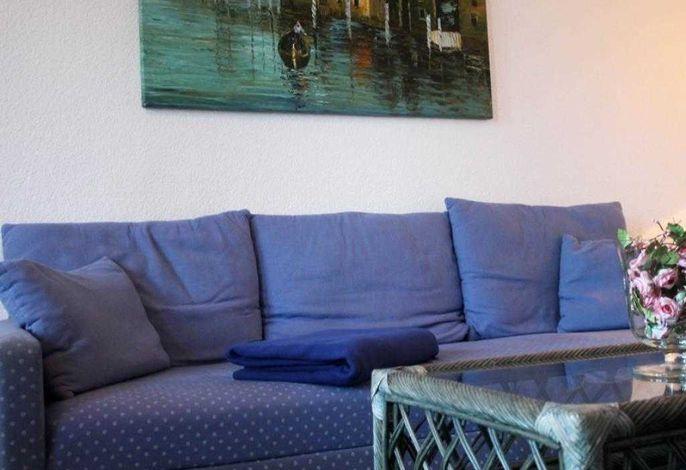 Baer04- Blick auf das Sofa im Wohnbreich