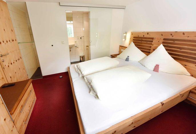 Ferienwohen Mattle in Kappl Tirol Paznaun-Ischgl - Appartement Norbert 202, Schlafzimmer in Zirbenholz für besonders tiefen und erholsamen Schlaf
