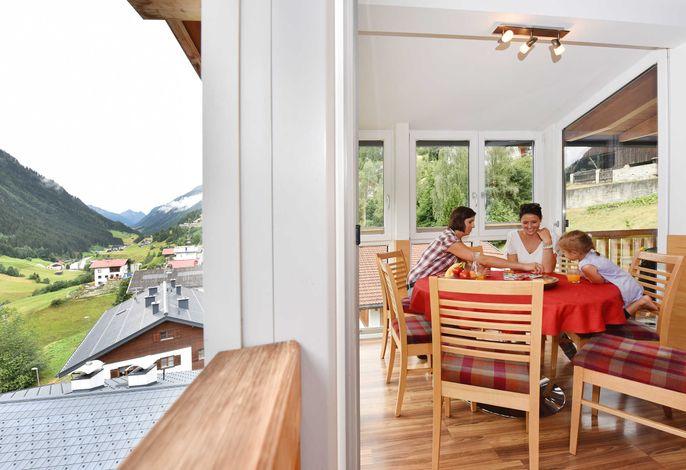 Ferienwohen Mattle in Kappl Tirol Paznaun-Ischgl - Appartement Panorama Ischgl 401 und Appartement Panorama Galtür 301, Wintergartenerker mit fantastischem Bergpanorama und Balkon südseitig