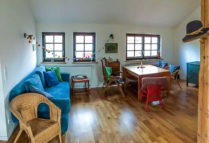Wohnraum mit Sitzecke und Esstisch