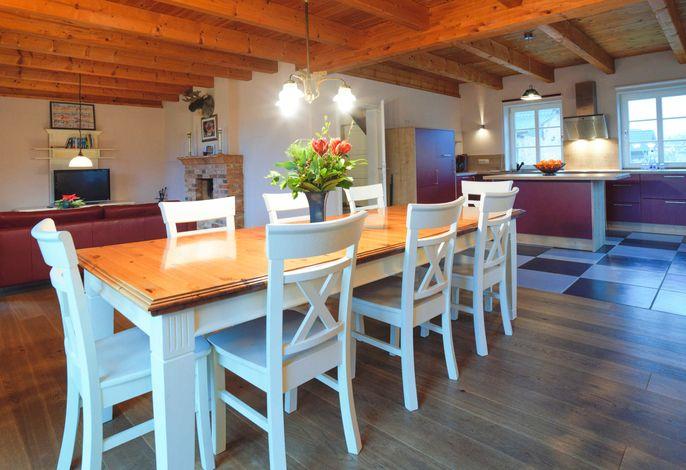 Essbereich mit Blick auf die offene große Küche