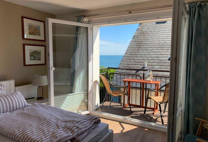 Schlafzimmer mit Balkon und Seeblick