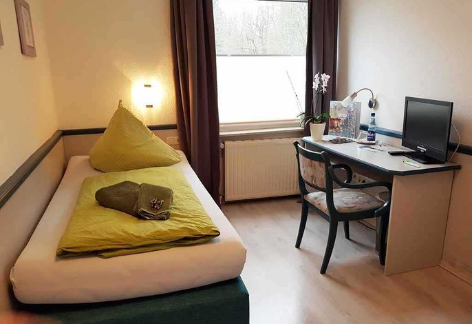 Einzelbett (90cmx2m), Schreibtisch und Fernseher