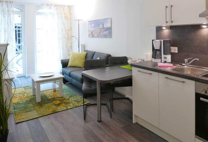 Küchenzeile und Sofabereich