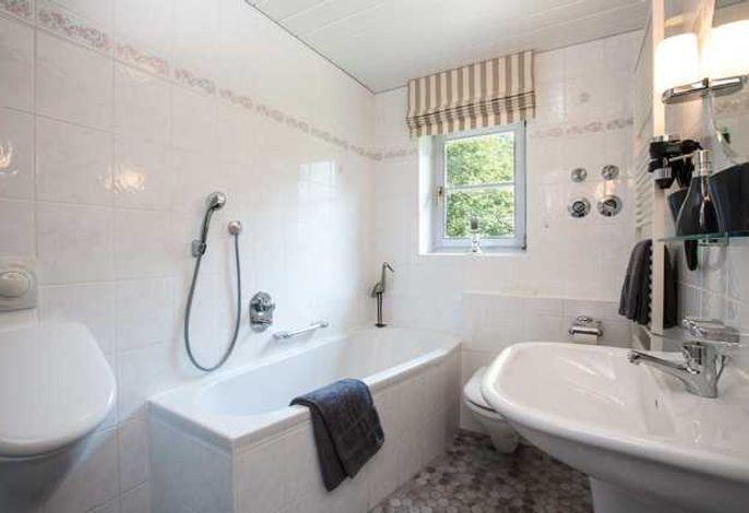 Bad mit Badewanne & zusätzlicher Dusche