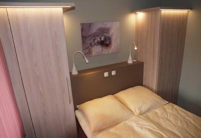 Schlafzimmer mit Doppelbett und Tageslicht