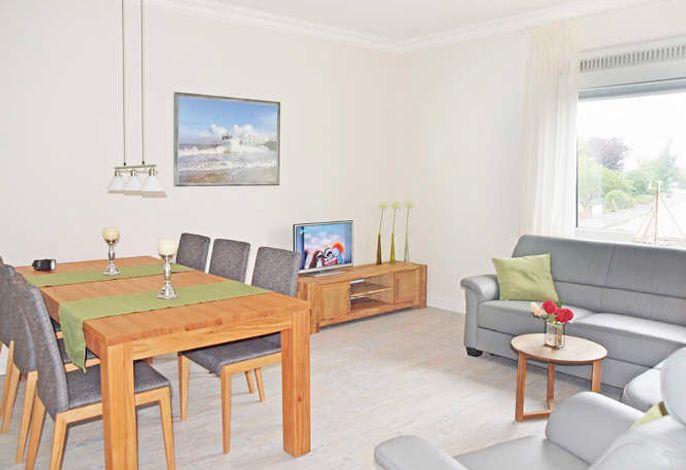Wohnzimmer mit Essplatz und Sofaecke