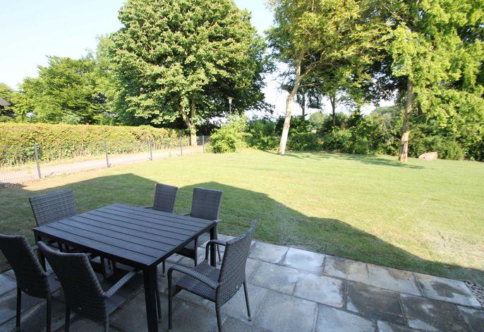 Blick in den Garten mit Terrasse