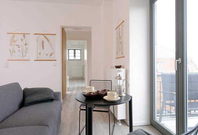 Ohlerich Speicher App. 12 - Blick auf den Wohnbereich mit Zugang auf den Balkon