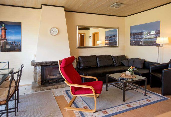 Das Wohnzimmer mit großem Kamin.