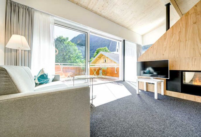 Wohnzimmer - Suite mit Aussicht auf die tiefe Terrasse und den Brandner Talabschluss