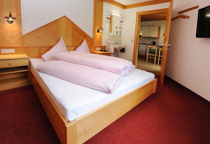 Apart Zimalis in Galtür Tirol Ischgl-Paznaun - Appartement Alexandra, Elternschlafzimmer mit Waschmöglichkeit im Zimmer