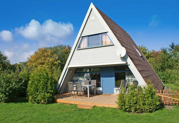 Zeltdachhaus mit Zaun und Parkplatz vor der Haustür
