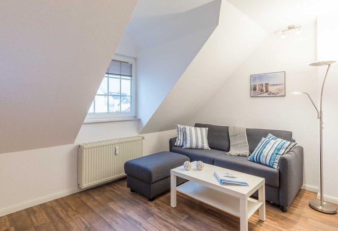 Wohnzimmer mit Sofa das als Schlafsofa genutzt werden kann