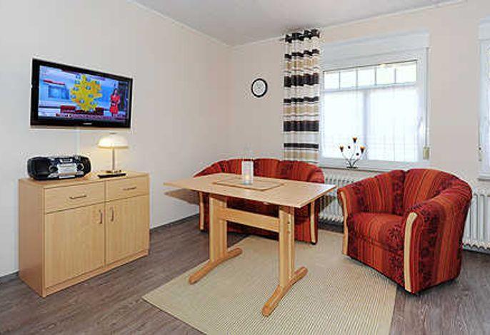 Wohn- und Schlafraum mit räumlich abgeteiltem Küchenbereich
