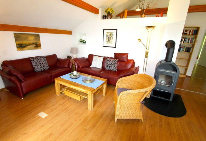 Wohnraum mit Couchecke und Kaminofen