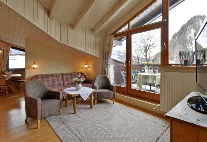 Wohnzimmer (Ausziehcouch - mit vollwertigem Bett) und Küche Typ Tirol