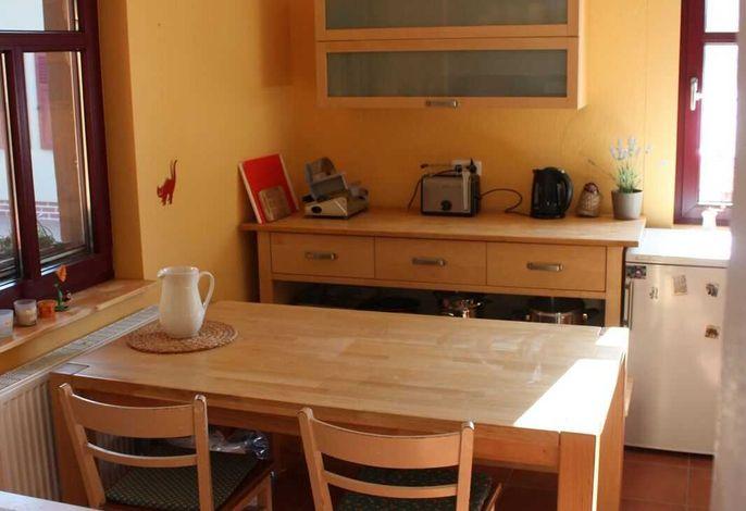 Ein Blick in die Küche mit dem Essbereich.