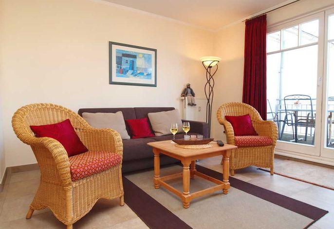 Wohnbereich mit Schlafcouch, Balkon mit seitlichen Seeblick und Flatscreen-TV