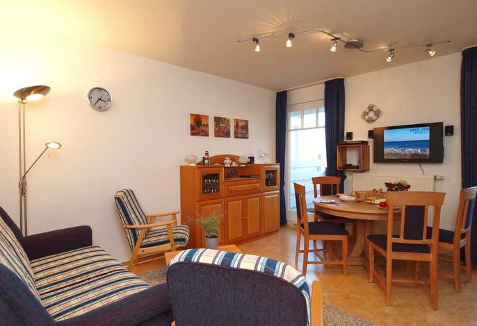 Wohnbereich mit Balkon und Flatscreen-TV