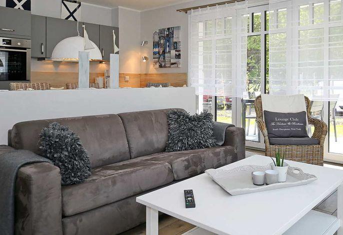 Wohnbereich mit Doppelschlafcouch und Sessel