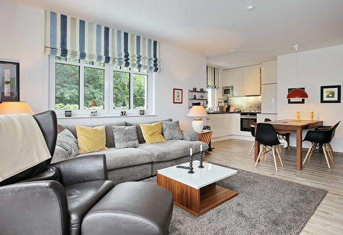 Wohnbereich mit großer Couch und Sessel
