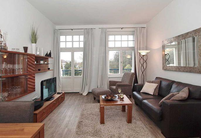 Wohnbereich mit Couch und Balkon
