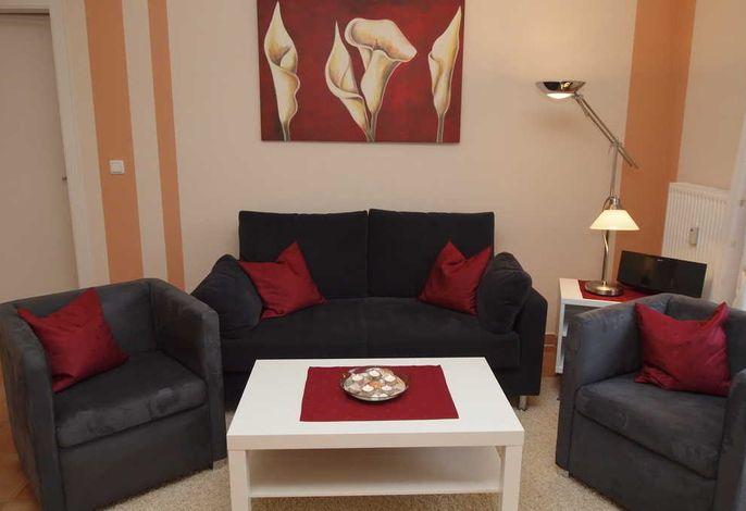 Wohnbereich mit Flatscreen-TV und Balkon
