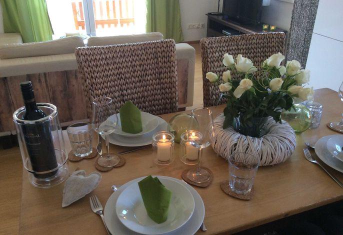 Der geschmackvolle Esstisch ist bereits für Sie gedeckt.