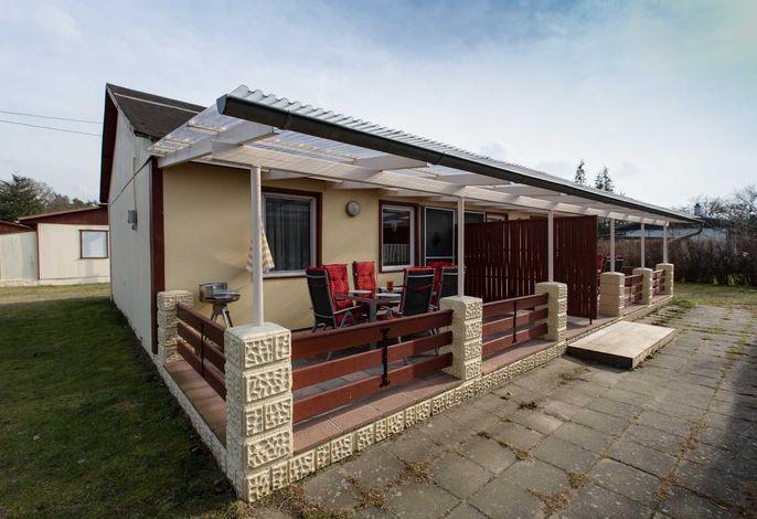 Außenansicht Terrasse mit Gartenmöbel und Grill
