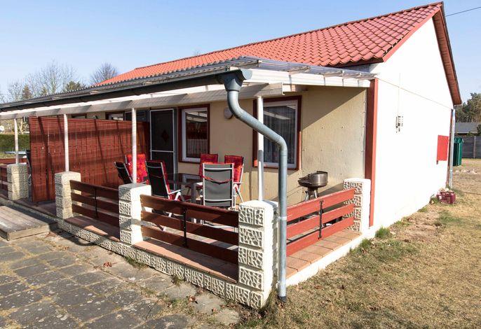 Außenansicht mit Terrasse, Gartenmöbel und Grill