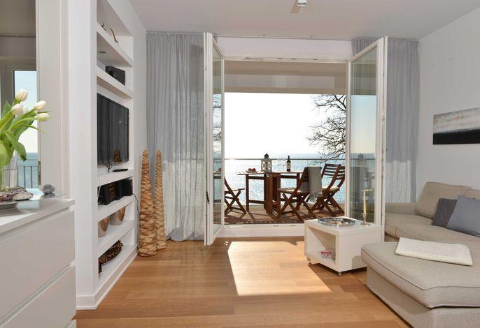 Blick in den Wohnbereich und Balkon