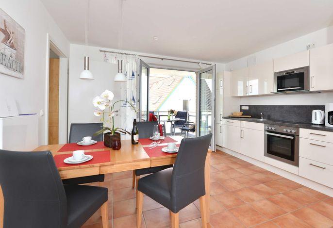 Essbereich und Küche mit angrenzendem Balkon