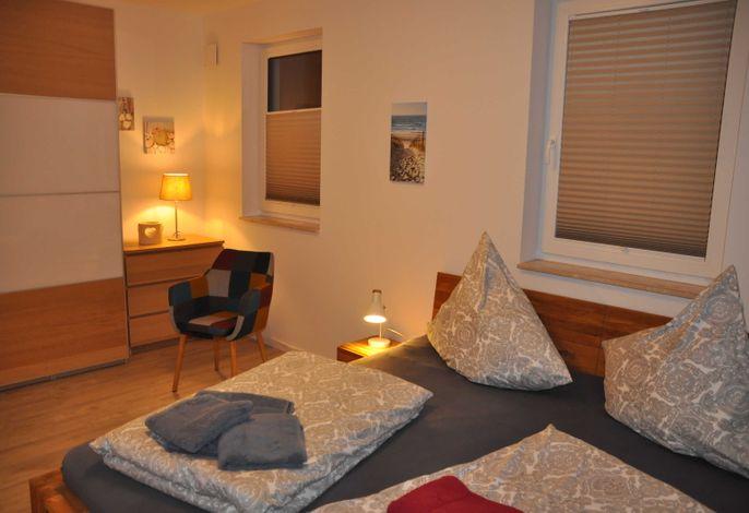 Schlafzimmer mit großem Kleiderschrank und Ablage