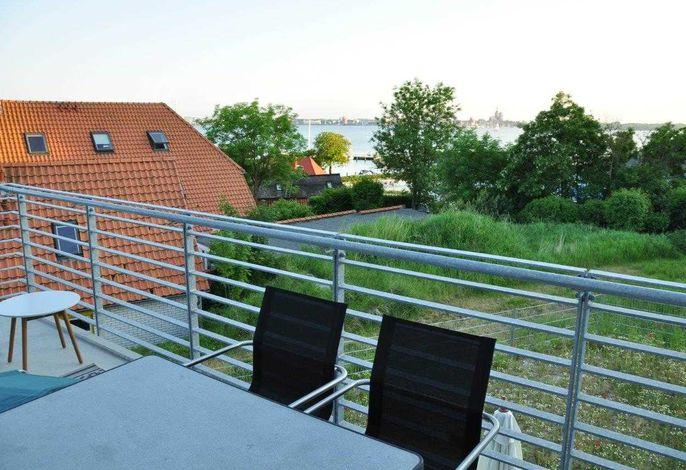mit Blick auf den Sund und die Skyline von  Stralsund