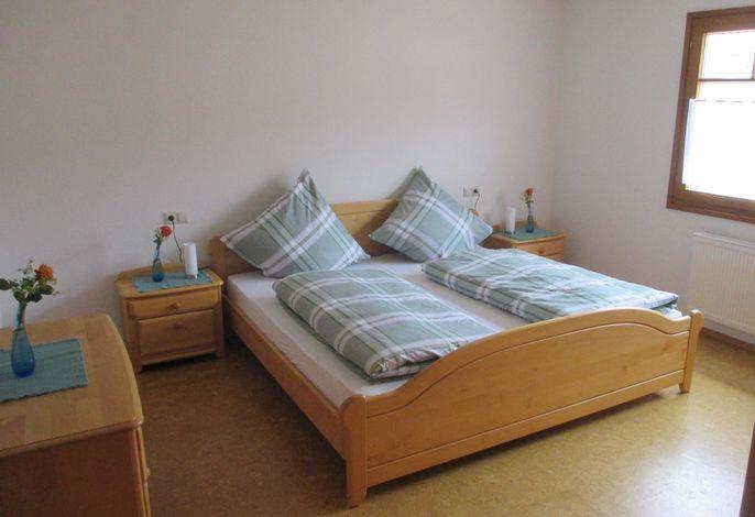 Großes Schlafzimmer, ca. 17 m², Bett 2,00 x 2,00 m, Kleinkindreisebett steht zur Verfügung und kann zugestellt werden